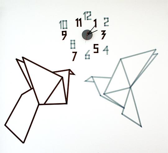Origami ptáčci na stěně vytvořené pomocí washi pásek