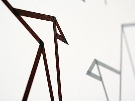 Detail origami ptáčků na stěně vytvořených pomocí washi pásek