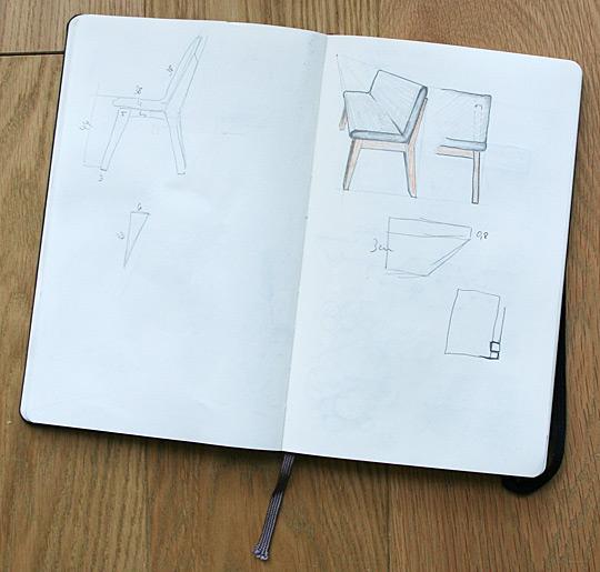 Masivní lavice k modernímu stolu